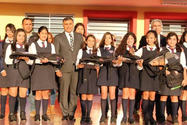 alcalde entrega kit escolares en liceo bicentanrio de niñas